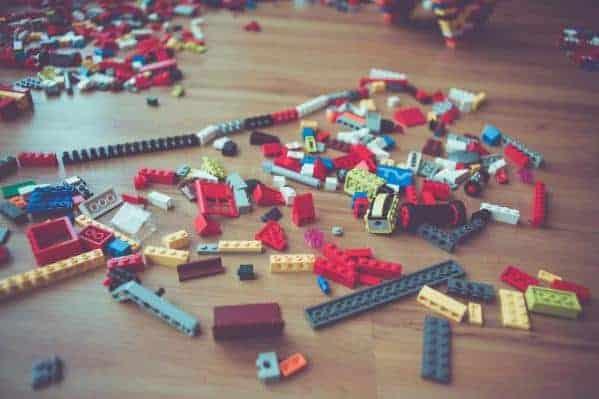 Les jeux de construction et leurs petites pièces sont redoutables à ranger !