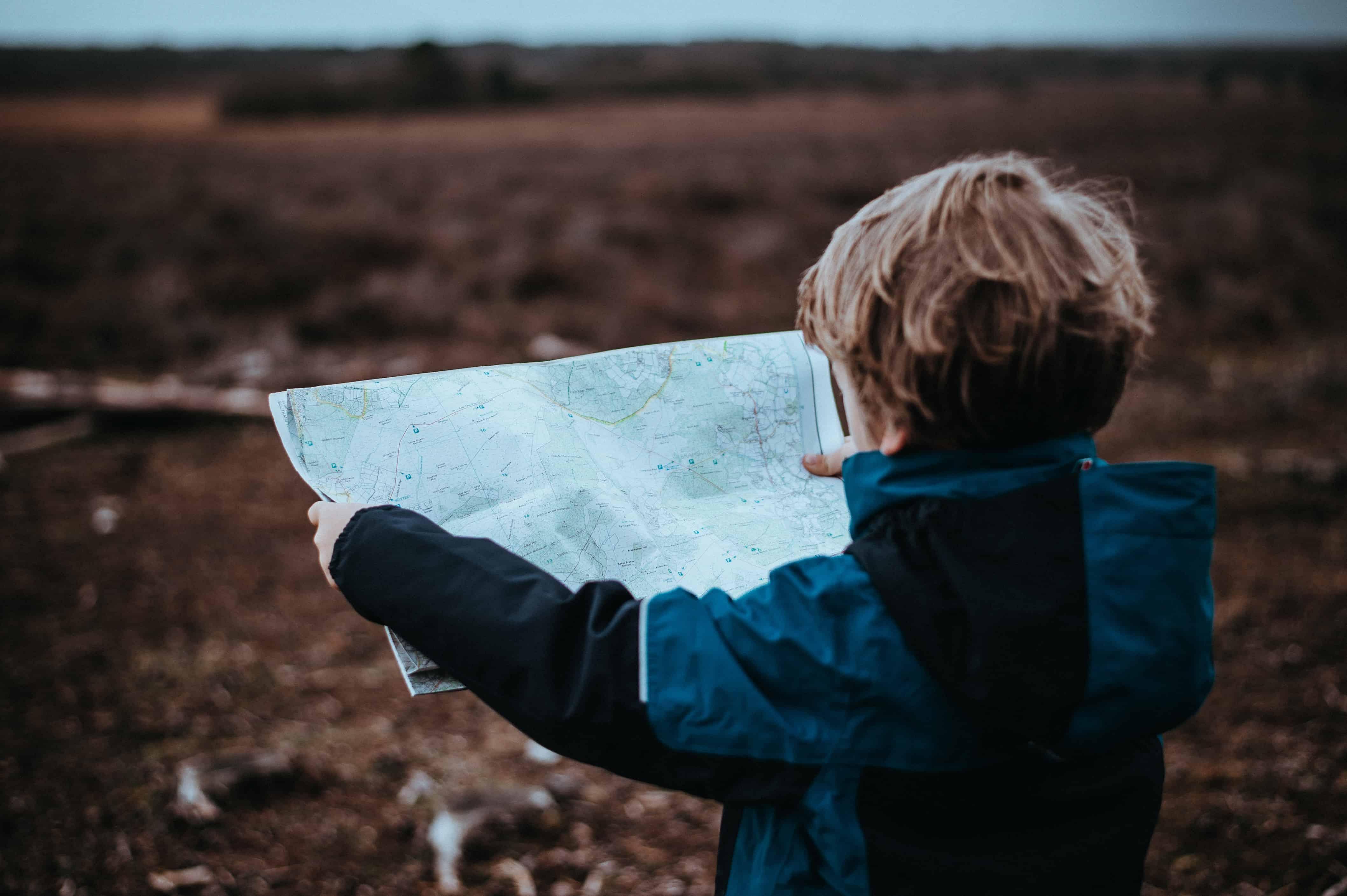le coschooling peut trouver sa place dans les situations quotidiennes, comme lire une carte