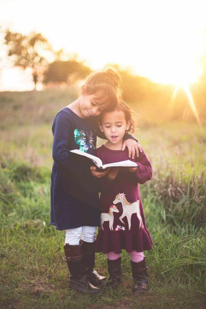 Dans une école Montessori les grands participent au développement  et à l'apprentissage des petits