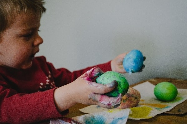 garçon jouant avec de la pâte à modeler