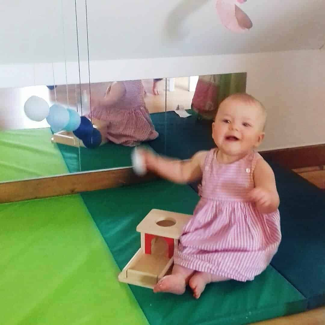 coin nido Montessori avec le tapis et les miroirs Ikea