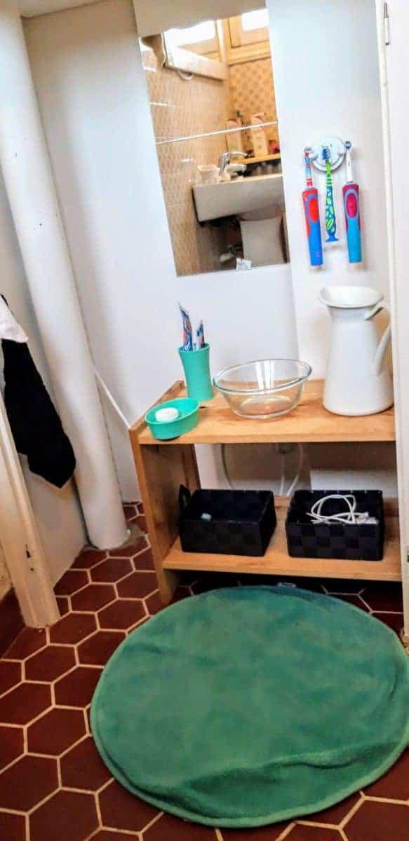 Coin salle de bains avec des accessoires IKEA