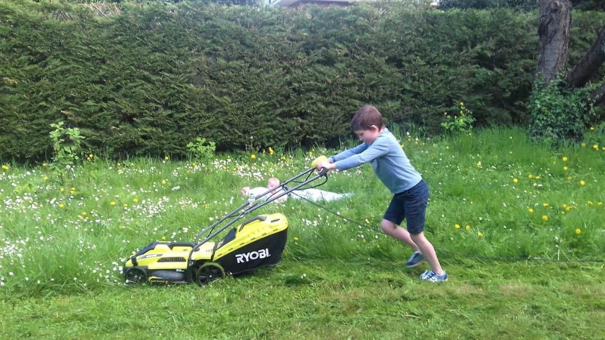 Les enfants d'âge plus avancé ont besoin d'accomplir des tâches ménagères plus physiques !
