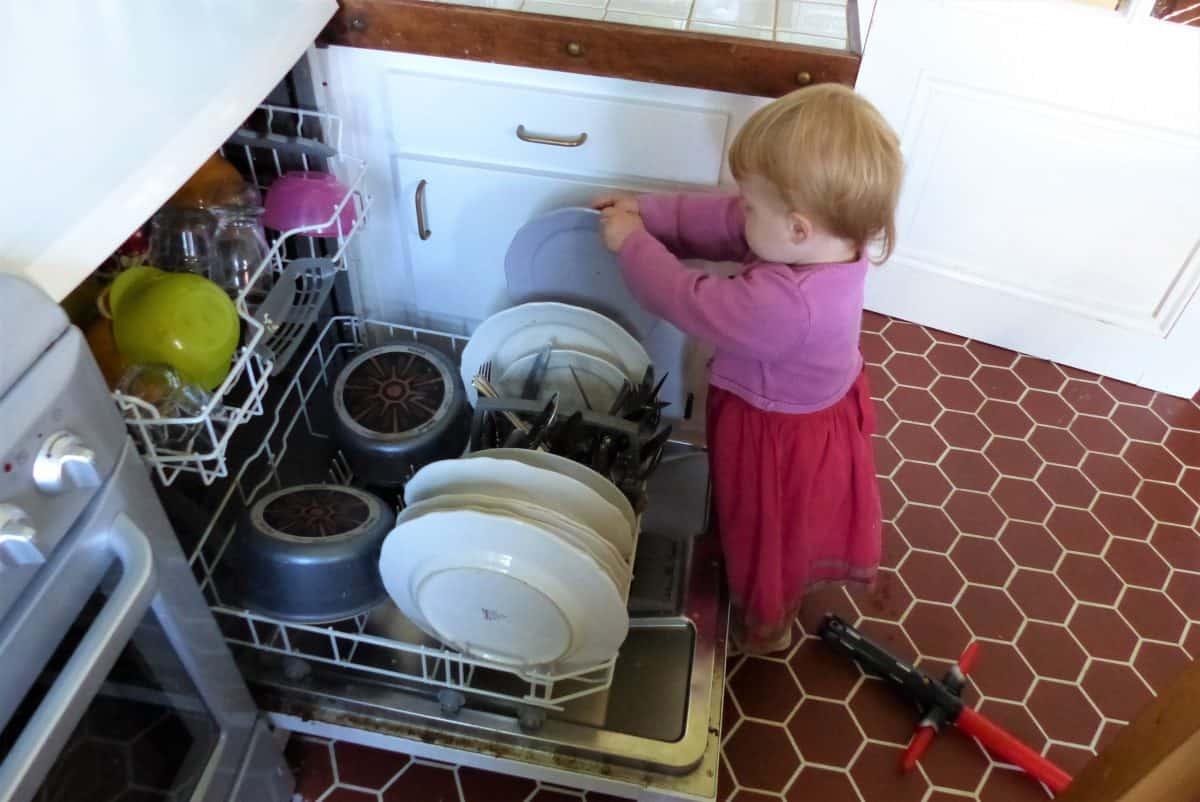 A 2 ans, on peut tout à fait confier certaines tâches ménagères à son enfant !