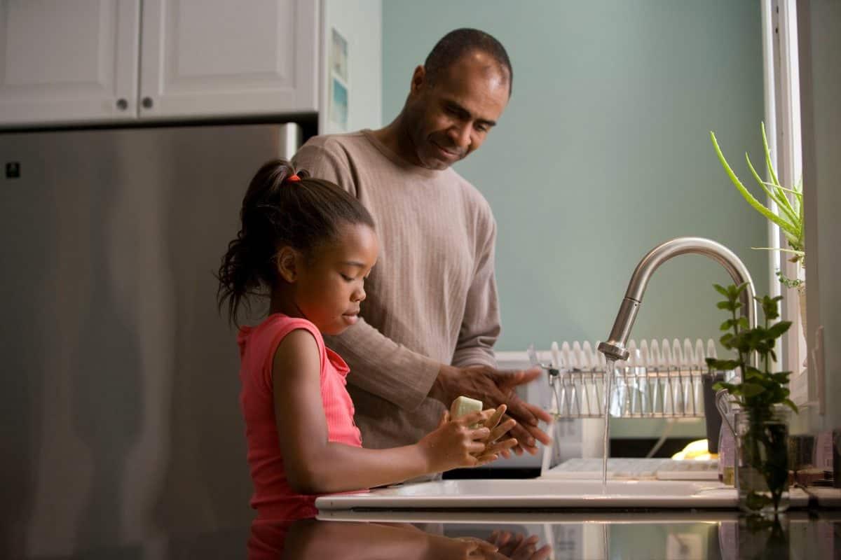 se laver les mains, la base pour apprendre les règles d'hygiène à nos enfants