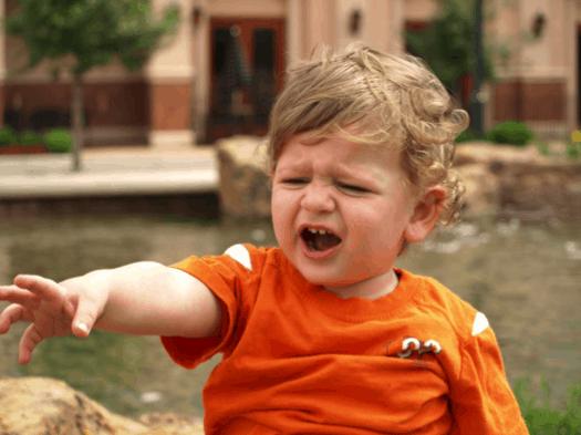 les crises de morsure à 2 ans sont souvent un signe d'un déficit de langage