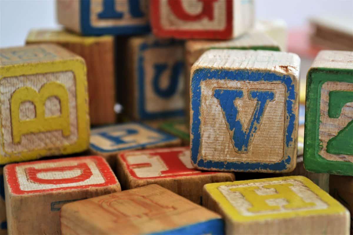 Si votre enfant montre un intérêt pour les lettres et les sons alors il peut commencer à apprendre à lire