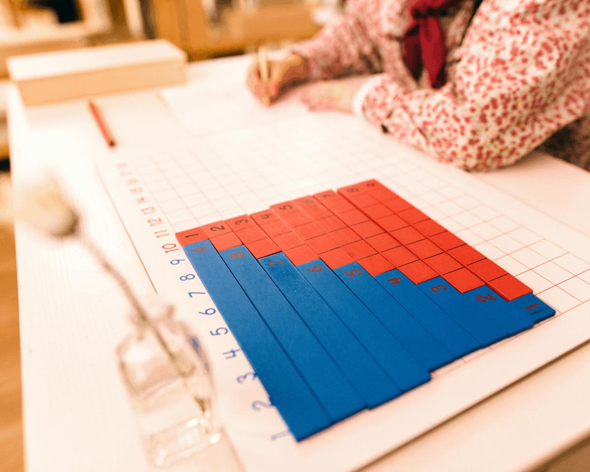 Les barrettes en bois la première étape pour apprendre les tables de multiplication avec Montessori